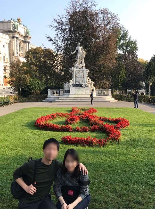 ウィーンのモーツァルト像前